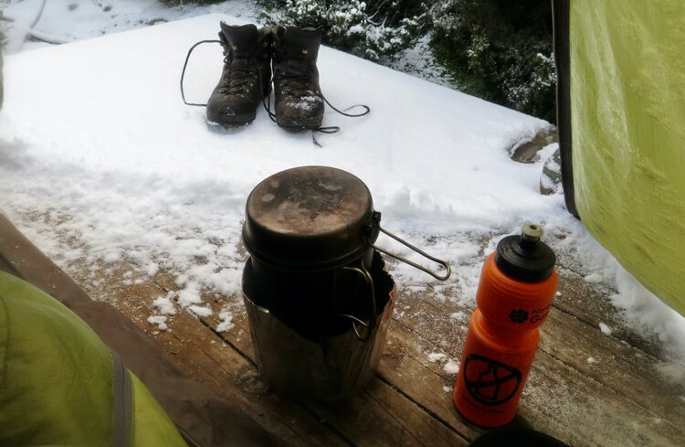 Testing an Alcohol Stove in the snow and cold wind with a windscreen